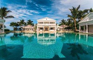 Luxusní rezidenci v bahamském stylu, kterou stále vlastní Celine Dion, obklopuje soustava tří bazénů včetně dvou tobogánů a řeky s protiproudem. Vodní plocha pojme téměř dvacet tisíc hektolitrů vody.