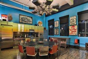 Kontrast nejmodernějšího vybavení a vintage nábytku, stejně jako ostrá barevnost, dávají interiérům mezonetových penthousů nezaměnitelný styl.