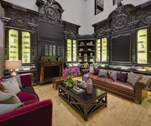 Úchvatná knihovna z ebenového dřeva v císařském slohu pochází, stejně jako autentický krb, z francouzského venkovského domu Napoleona Bonaparte. Empír, který ve střední Evropě panoval po celou první polovinu 19. století, našel uplatnění nejen v architektuře, nábytkářství a umění, ale také v módě.
