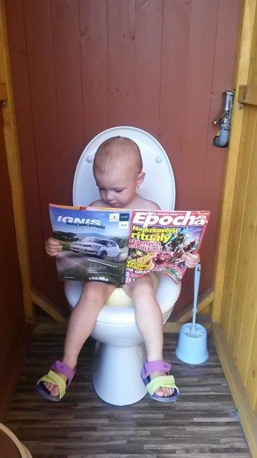 I Sofinka ví, že nejlépe se čte na záchodě. Ale ne moc dlouho!!!