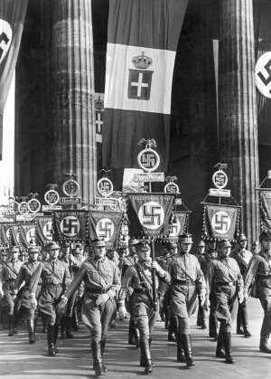 Parade of Nazi divisions in Berlin under the Brandenburg Gate decorated with Italian and German flags on the occasion of a speech by Hitler and Mussolini at the Olympic Stadium.áBerlin, 28th September 1937 (Photo by Mondadori Portfolio via Getty Images)