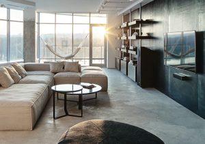 Minimalisticky ztvárněný a vybavený interiér obývacího pokoje potřebuje ke svému vyznění a příjemné atmosféře rovněž sluneční paprsky, o něž tu díky velkoplošným proskleným stěnám rozhodně není nouze.