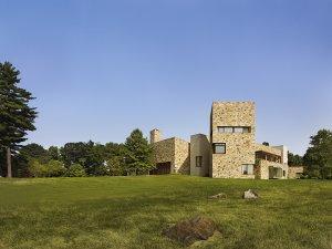 Jižní věž, která je přímo přístupná z apartmá pána a paní domu, je zasvěcena klidné relaxaci a panoramatickému sledování rozlehlého pozemku a vnitřního atria.