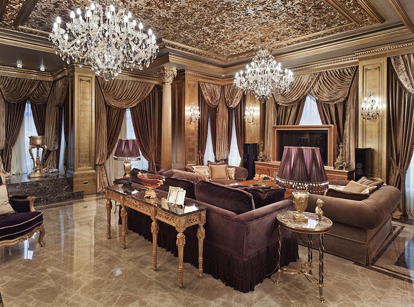 Se zlatavým nádechem interiéru dobře ladí mohutné komfortní pohovky a křesla se sametovým čalouněním v hnědé a vínové barvě. Efekt podlahy vychází z kombinace světlého a tmavého mramoru s výrazným žilkováním.
