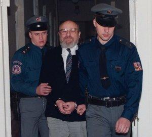Pøíslušníci vìzeòské stráže pøivádìjí Ivana Roubala do jednací sínì Mìstského soudu v Praze, který mu 9.prosince vymìøil pìtiletý trest odnìtí svobody ve vìznici s ostrahou za loupežné pøepadení. Spáchání ètyø vražd mu soud nedokázal. (ÈR-Roubal-soud)
